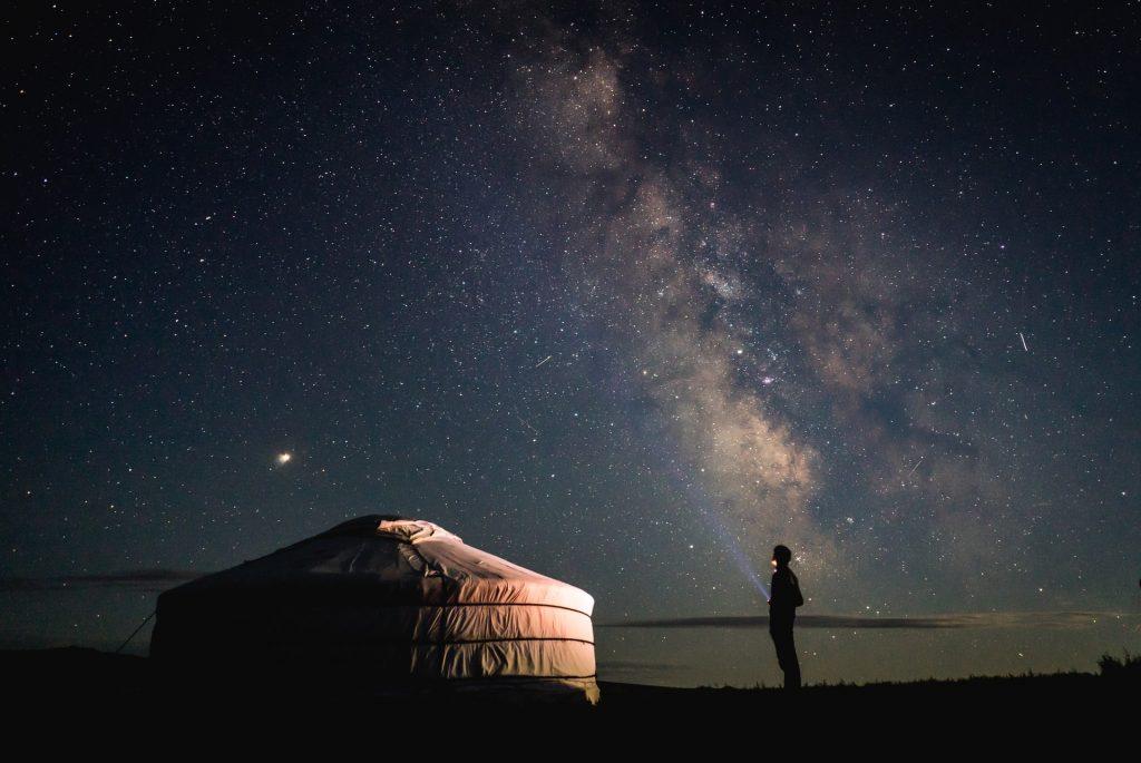 יורט אוהל מונגולי לאור כוכבים